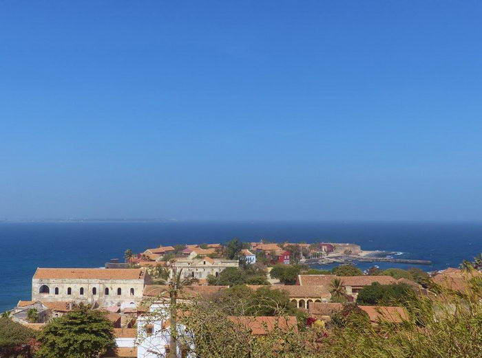 Vu de l'île de Gorée depuis son point culminant. Au loin, on distingue le continent.